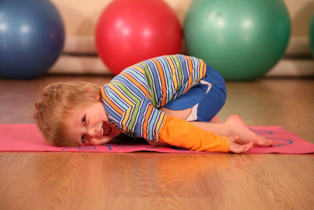 Ребенок выполняет физическое упражнение