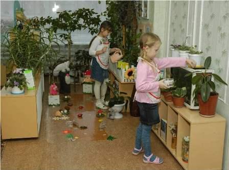 Девочки ухаживают за растениями