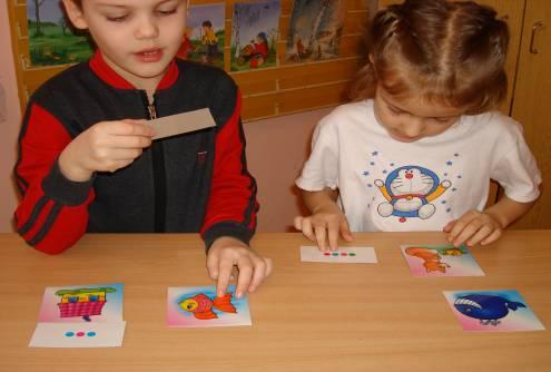 Дети с карточками