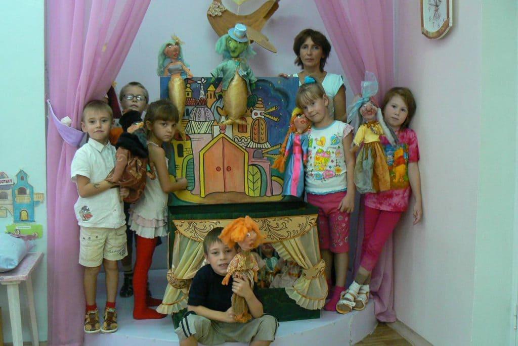 Дети в театральном уголке