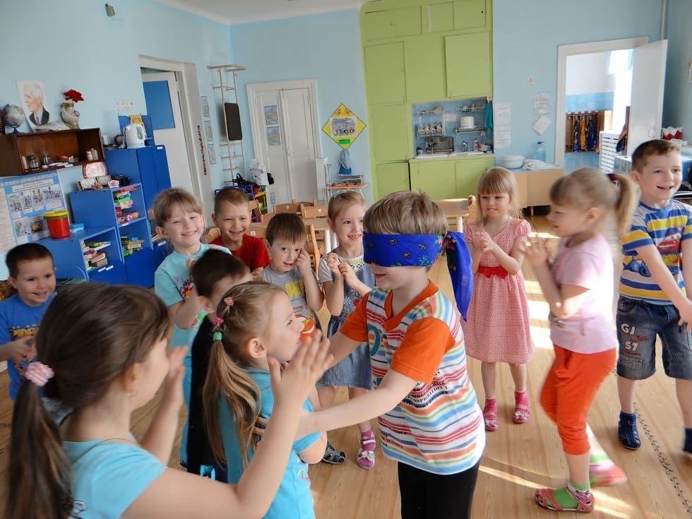 Дети с повязкой на глазах