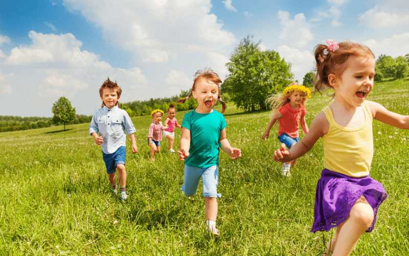Дети бегут по траве