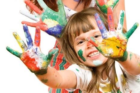Девочка руки в краске