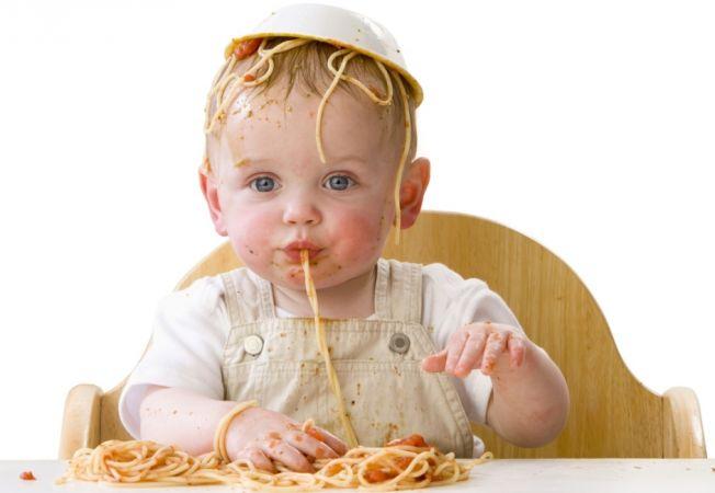 Малыш самостоятельно кушает