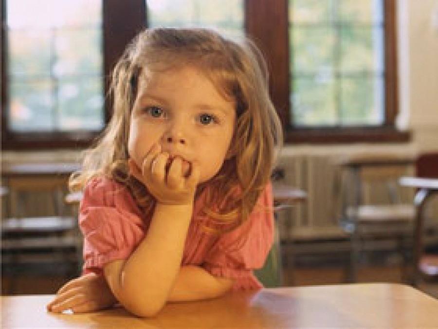 Девочка внимательно смотрит
