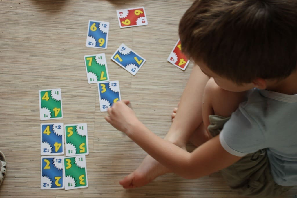 Ребенок с карточками