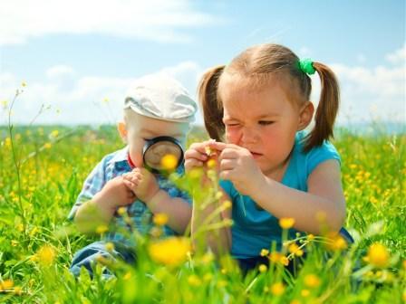 Дети смотрят растения