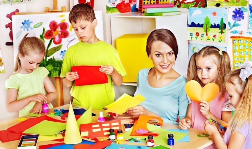 Воспитатель с детьми за столом