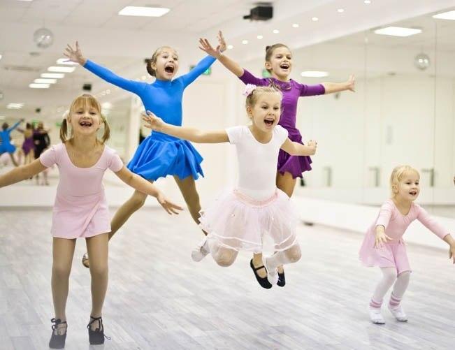 Дети занимаются ритмической гимнастикой