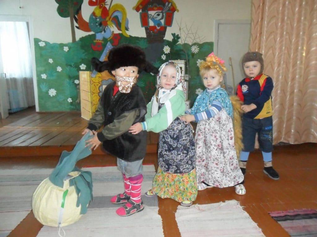 Дети ставят сказку Репка