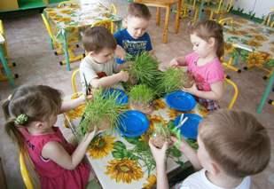Дети с елочными веточками