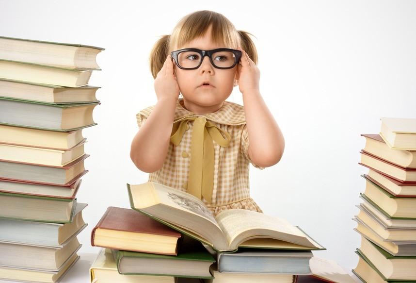 Ребенок в очках и с книгами