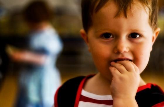 Мальчик с рукой во рту