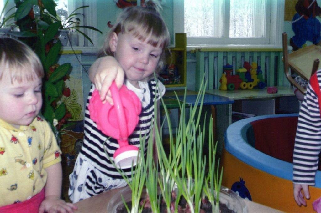 Девочка с лейкой и луком