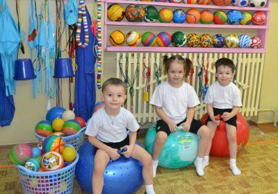 Дети на цветных мячах