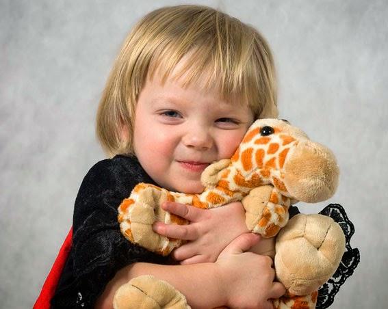 Девочка обнимает игрушку