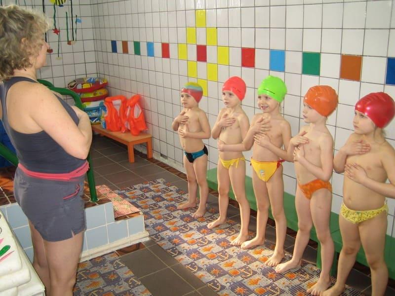 Дети готовятся идти в бассейн