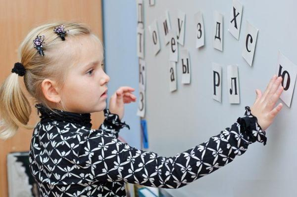 Девочка изучает буквы