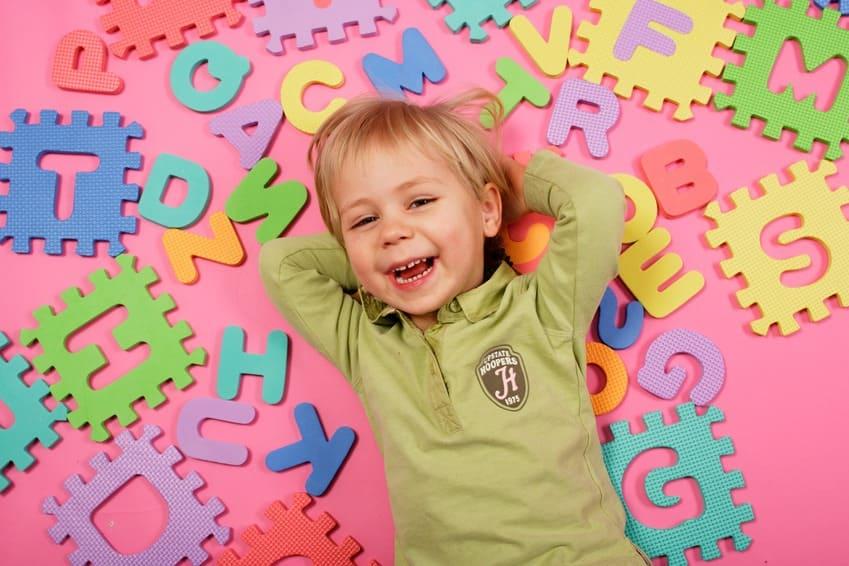 Ребенок с иностранными буквами
