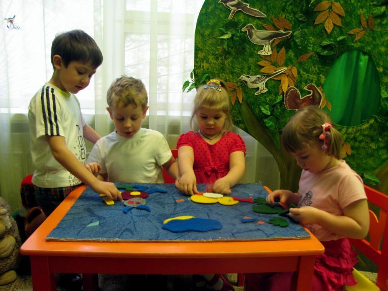 Дети с воспитателем за игровым столом
