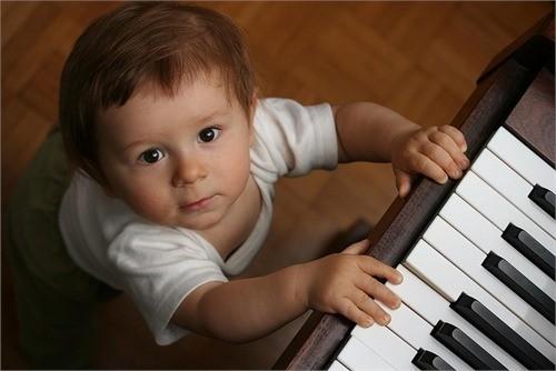 Ребенок у пианино