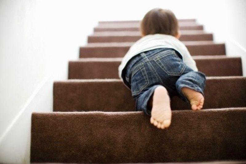 Ребенок ползет по лестнице