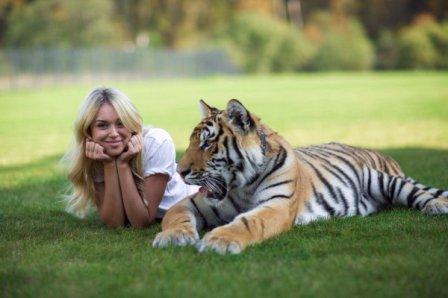 Тигр с девушкой